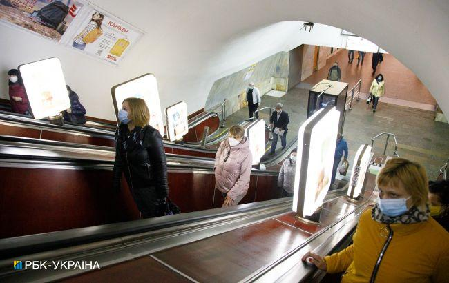 В метро Киева полицейская вытащила с того света пассажира, у которого остановилось сердце (видео)