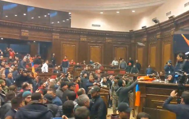 Опозиція Вірменії хоче скликати парламент для виходу з карабахських домовленостей