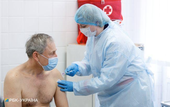 В Україні почалася COVID-вакцинація старших 65 років: як записатися на щеплення