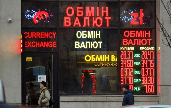 Украинцы в начале 2021 года возобновили продажу валюты банкам