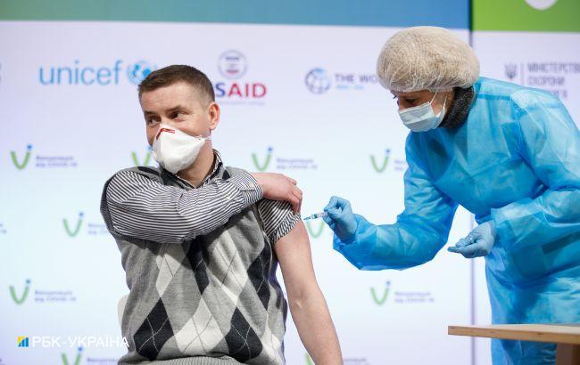 Минздрав просит украинцев сообщать о случаях COVID-прививок вне очереди