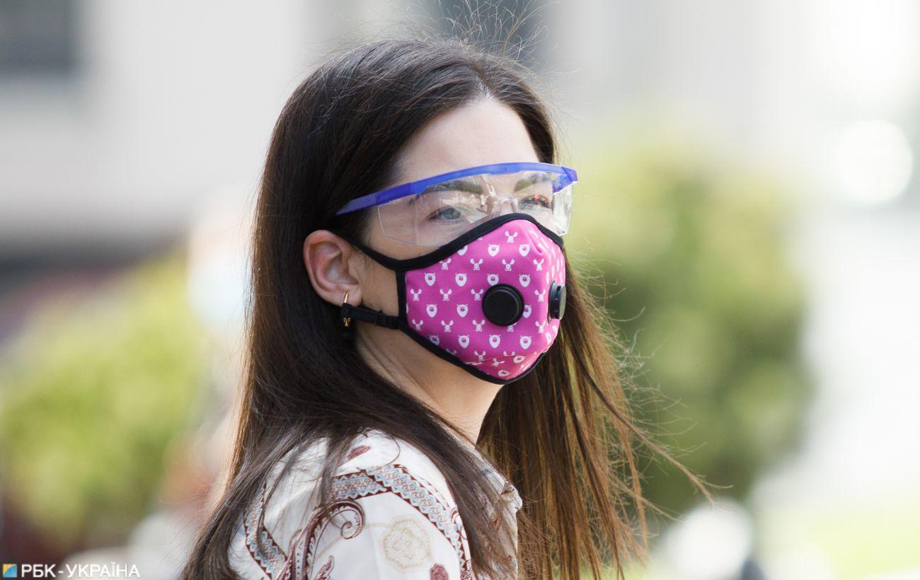 Внутри помещений и снаружи: ВОЗ ужесточила правила ношения масок