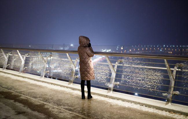 Негода в Україні: без світла сотні будинків, на дорогах ожеледиця і затори