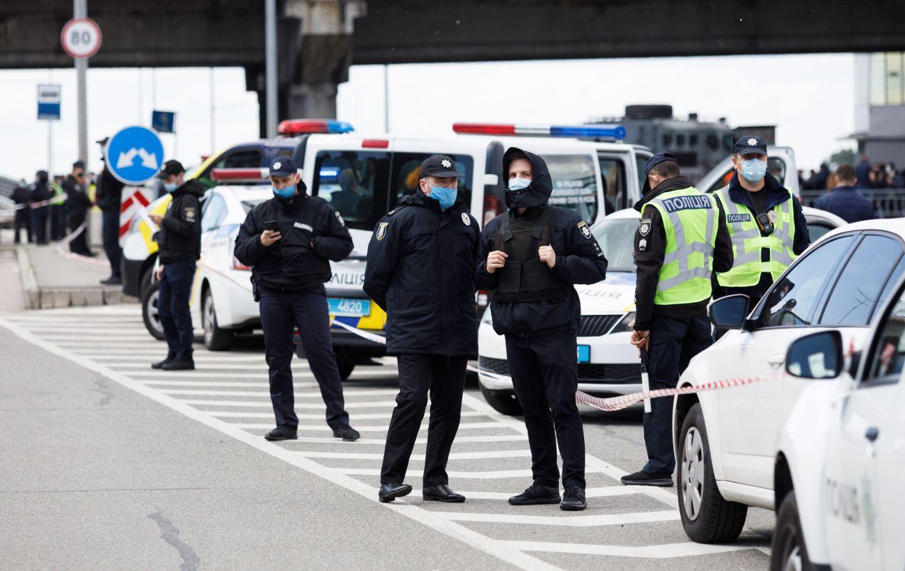 На перекритому мосту в Києві стались сутички з поліцією, є затримані