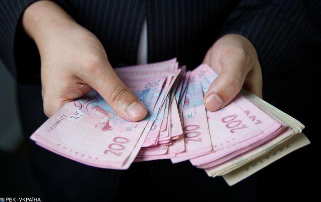Средняя зарплата украинцев за месяц упала почти на 200 гривен