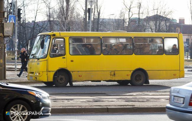 """В Киеве полиция тормозит переполненные маршрутки и выгоняет """"лишних"""" пассажиров (фото)"""