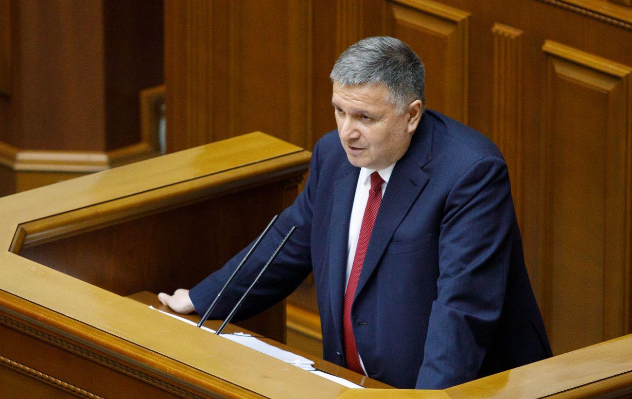 Аваков раздал 335 единиц наградного оружия