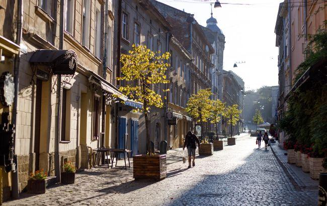 В центре Львова женщине на голову упал кирпич: пострадавшую госпитализировали