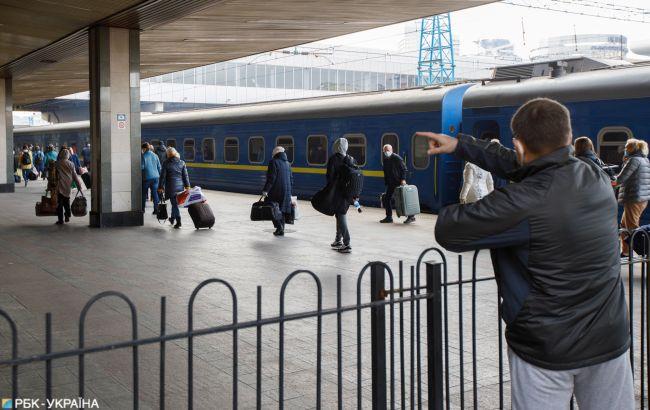 Пасажири в масках і напівпорожні потяги: як УЗ буде виходити з карантину