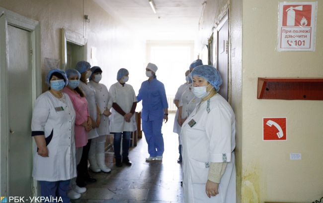В Украине увеличивается число больных COVID-19, нуждающихся в госпитализации