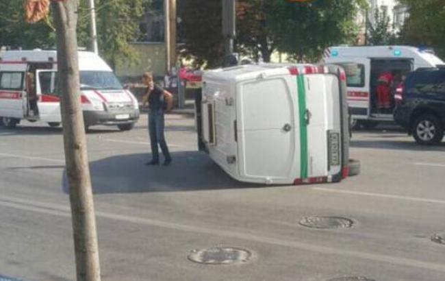 В Киеве в результате ДТП перевернулся фургон инкассаторов, есть пострадавший