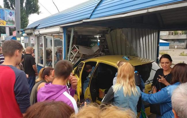 В Киеве автомобиль въехал в остановку