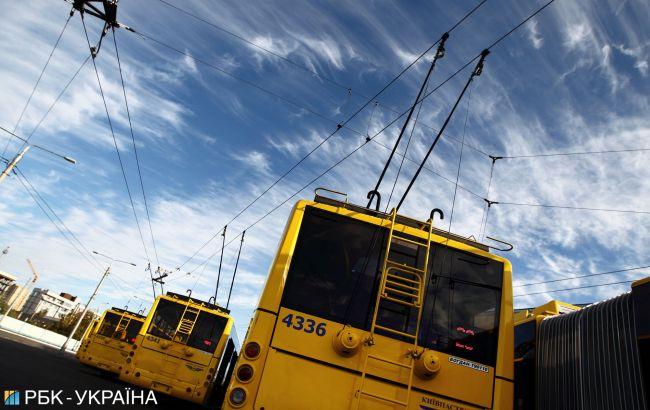 """Києвом курсує тролейбус з """"вентиляцією"""" у підлозі: величезні дірки вразили мережу (відео)"""