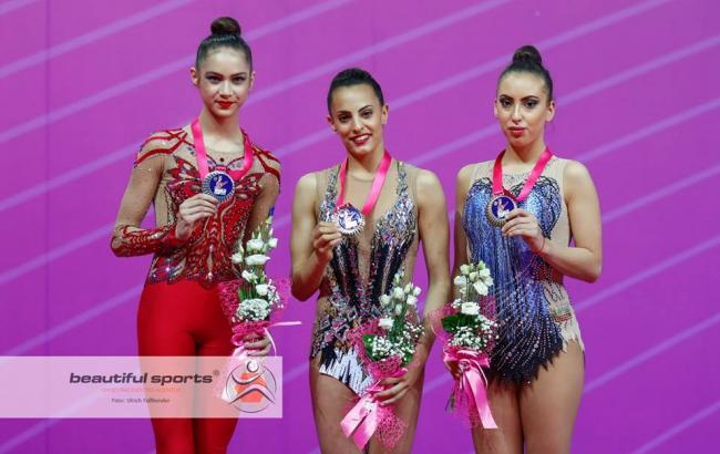 Фото: победительницы в упражнении с булавами