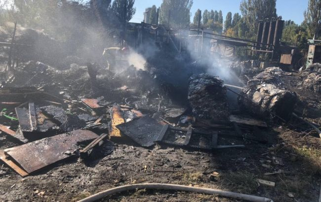 Фото: пожар на заводе (facebook.com/DSNSKyiv)