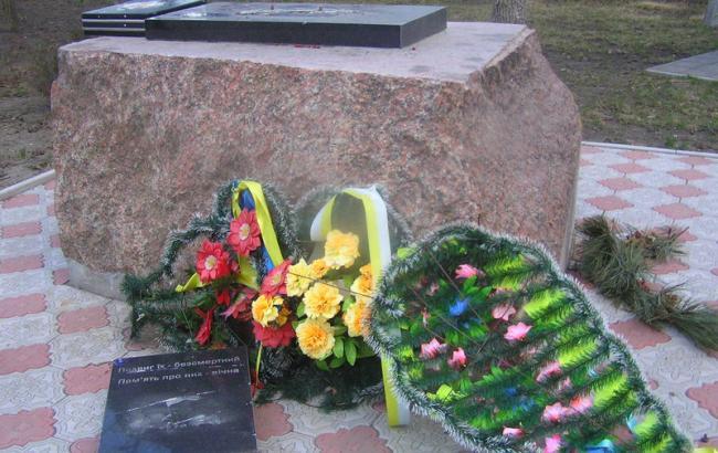 Фото: Вандалы сломали памятник Небесной сотне