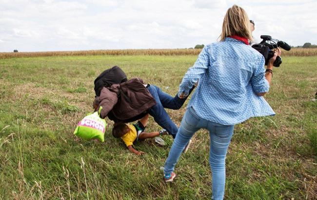 Фото: Журналистка пнула беженца