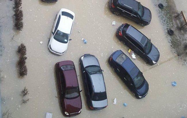 В Киеве затопило жилой массив: автомобили плавали в грязи (фото и видео)