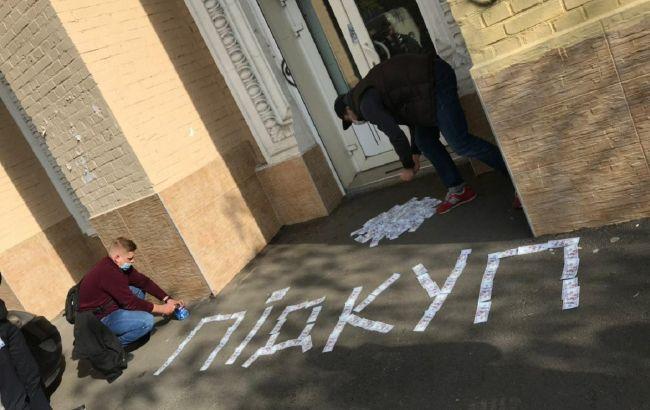 """Під офіси партії """"Єдність"""" прийшли активісти через можливий підкуп виборців"""