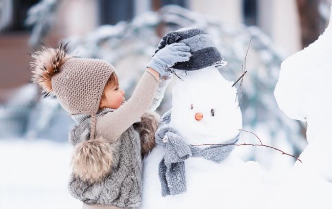 Фото: Лепить снеговика могут даже маленькие дети
