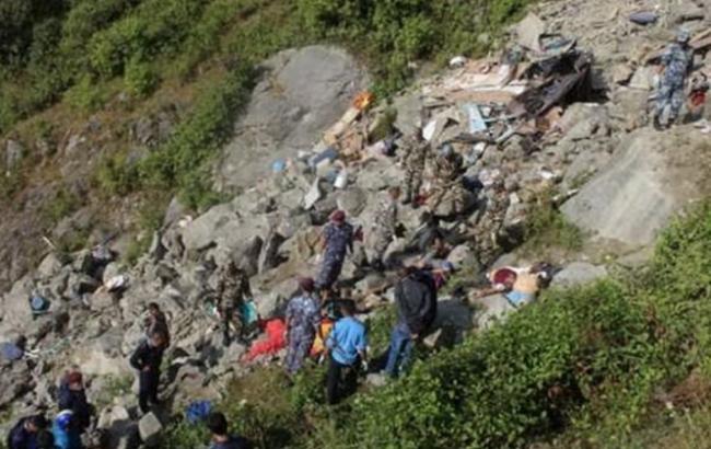 Фото: в Непале автобус упал с дороги