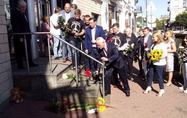 Біля посольства Нідерландів в Києві вшанували пам'ять жертв Boeing-777