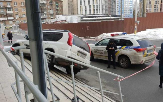 У Києві поліція розшукує зловмисників, які зі стріляниною пограбували автомобіль