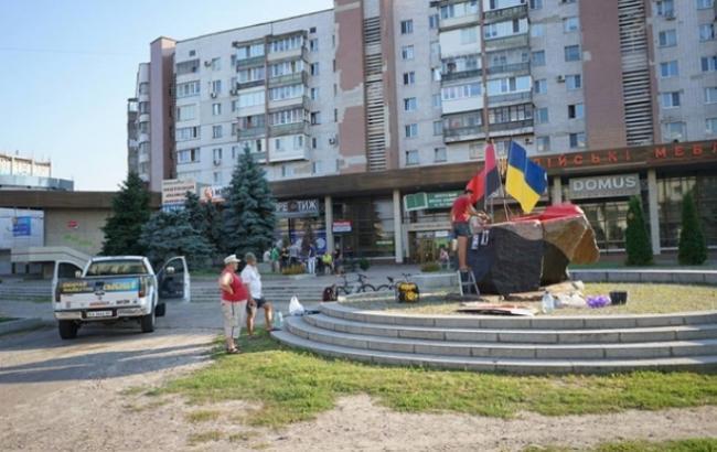В Черкассах установили памятник Бандере и Шухевичу
