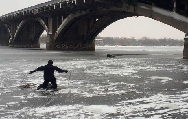 В Киеве с моста Метро упал человек