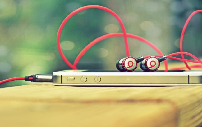 слушать музыку можно в наушниках