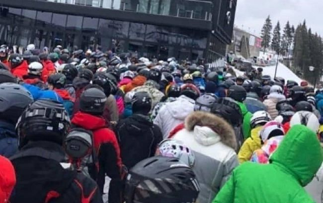 Локдаун в Буковеле: толпы отдыхающих и очереди на подъемники показали на видео