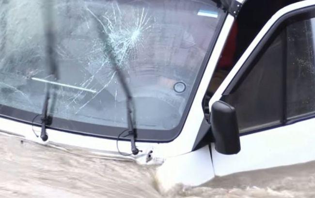 ВЗакарпатской обл. автомобиль вылетел сдороги вреку, водителя удалось спасти