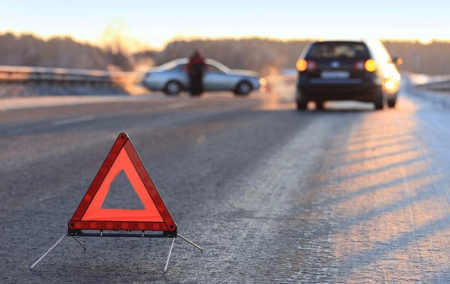 У Києві автомобіль врізався у трамвай, є постраждалі