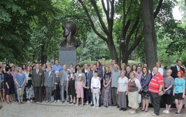 """Фото: Пам'ятник Анні Ахматовій (""""Інтер"""")"""