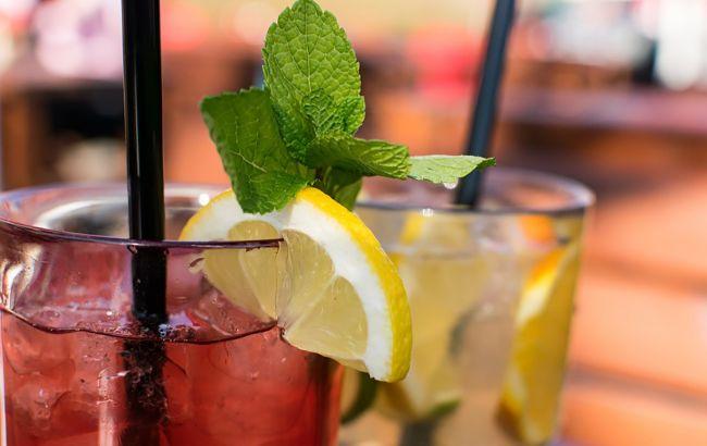 Охлаждаемся в жару напитками: самые простые и полезные рецепты