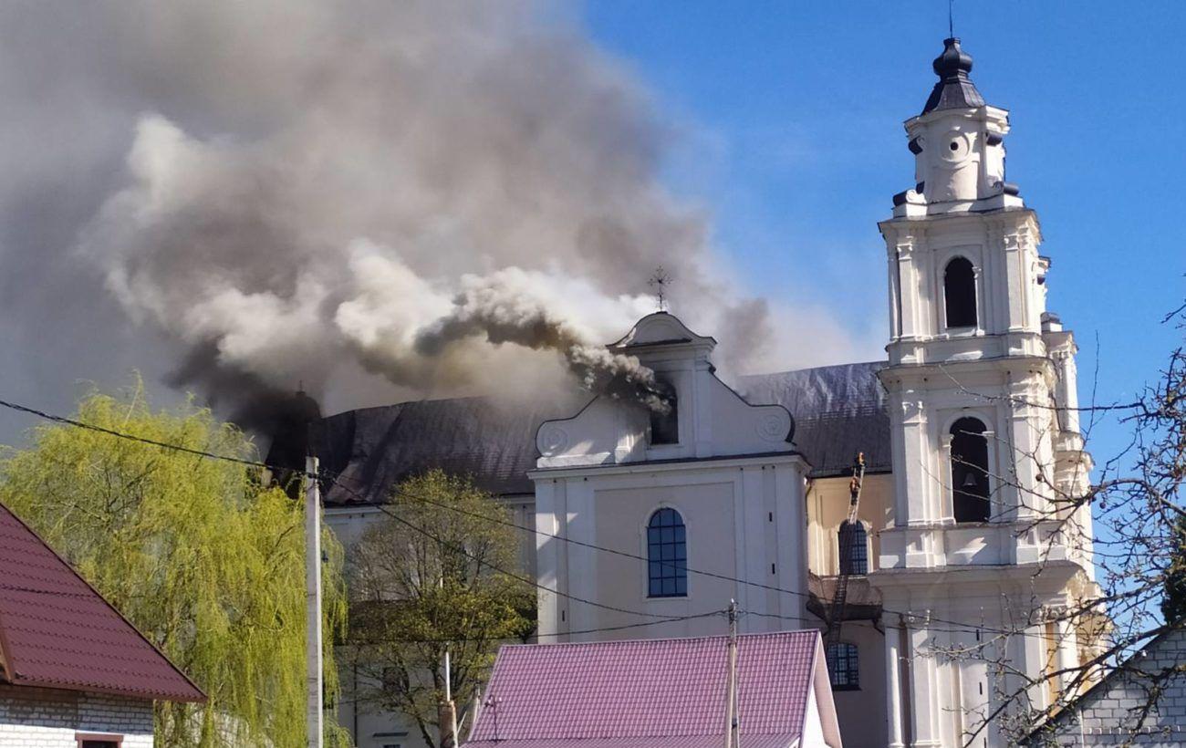 В Беларуси горит Будславский костел, обрушилась крыша здания