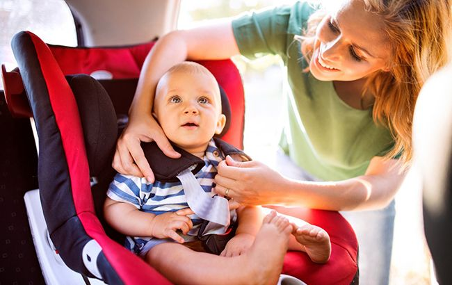 С сегодняшнего дня водителей начнут штрафовать за перевозку детей без автокресел