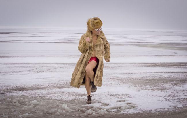 Олег Скрипка голышом прыгнул в прорубь: забавное видео