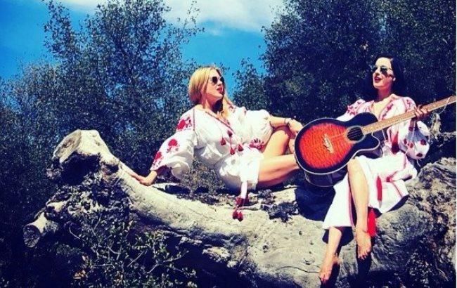 Известная американская модель облачилась в украинскую вышиванку