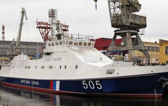 Фото: российский пограничный корабль задержал рыбаков из Украины