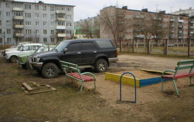 Фото: Парковка на газоні