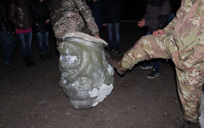 В Николаевской области снесли памятник Петровскому