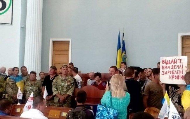 """Протести в Черкасах: активісти """"взяли у заручники"""" депутатів і вимагають звільнення Залоги"""