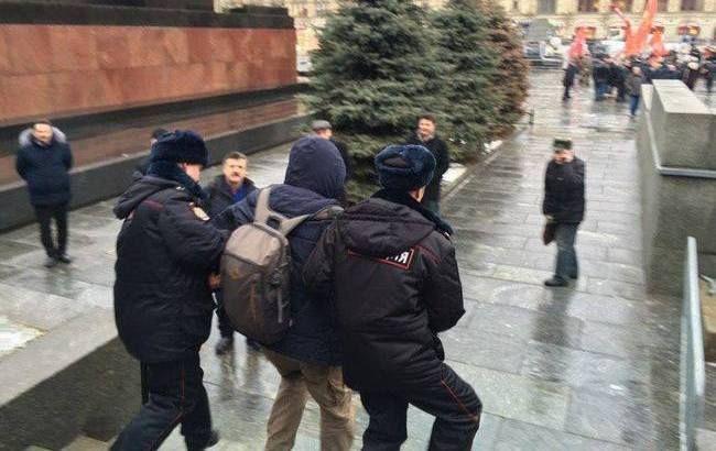 Кинув квіти в пам'ятник Сталіна: росіяни ледь не розірвали активіста
