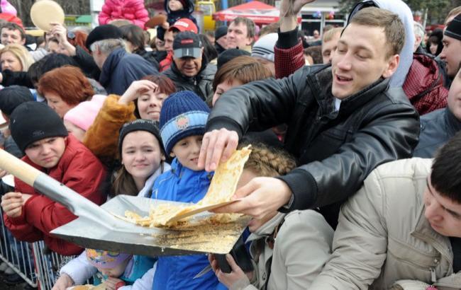 Фото: Россиян кормят с лопаты (stavtoday.ru)