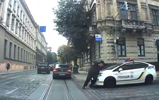 Фото: во Львове патрульный автомобиль сбил женщину