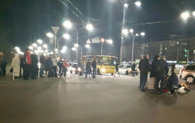 Водія мало не лінчували: у Києві маршрутка збила людей (фото, відео)