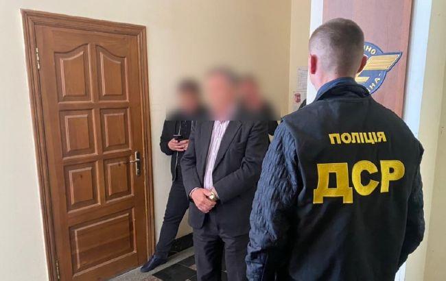 """Чиновника """"Укрзализныци"""" задержали на взятке: вымогал деньги за договор на поставку воды"""
