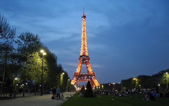 Сходи з Ейфелевої вежі пішли з молотка за півмільйона євро