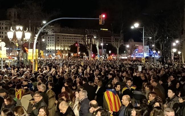 Фото: протесты в Барселоне twitter.com/Axila_Lluminosa)